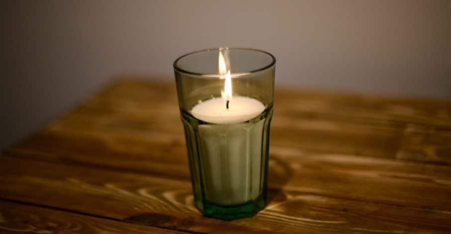 свеча коптила