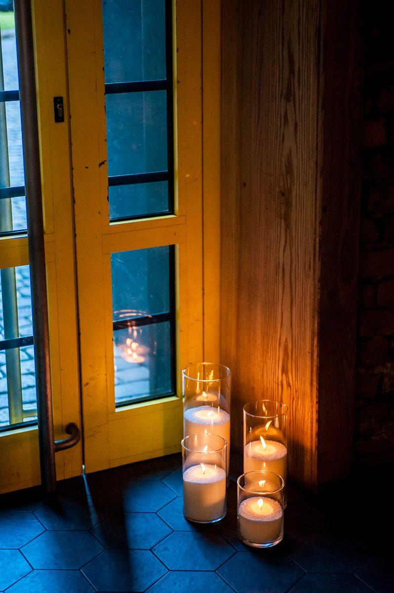 Насыпные свечи на входе